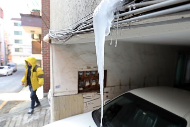 Icicles are seen near a residential area in northwestern Seoul on Thursday. (Yonhap)