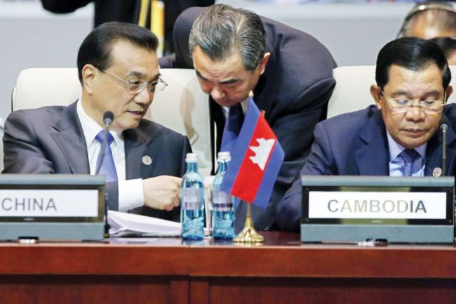 Chinese Premier Li Keqiang (left) and his Cambodian counterpart Hun Sen (AFP)