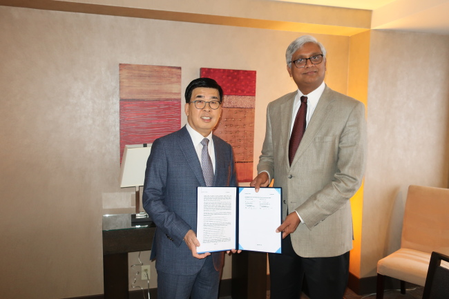 Dong-A ST Vice President Kang Soo-hyoung (left) and Kumar Srinivasan, AstraZeneca's vice president and head of scientific partnering and alliances, pose after signing a joint research agreement in San Francisco on Thursday. (Dong-A ST)