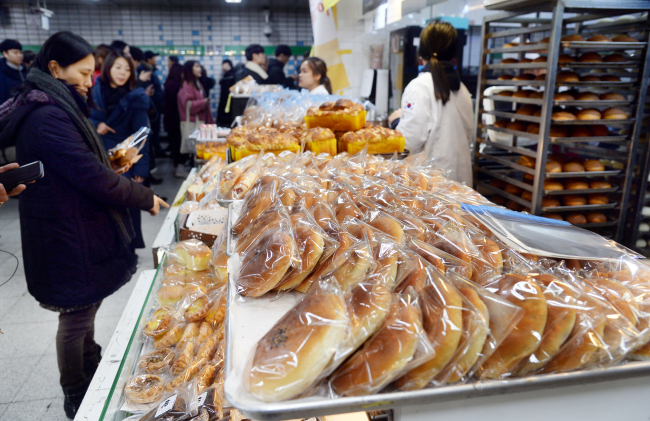 Various breads are on display at a bakery inside Sadang Station (Park Hyun-koo/The Korea Herald)