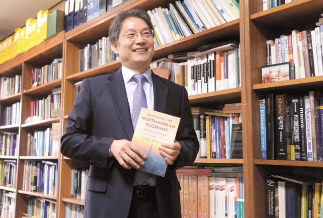 Professor Kim Byung-yeon poses at his office on Jan. 5. (Park Hyun-koo/The Korea Herald)