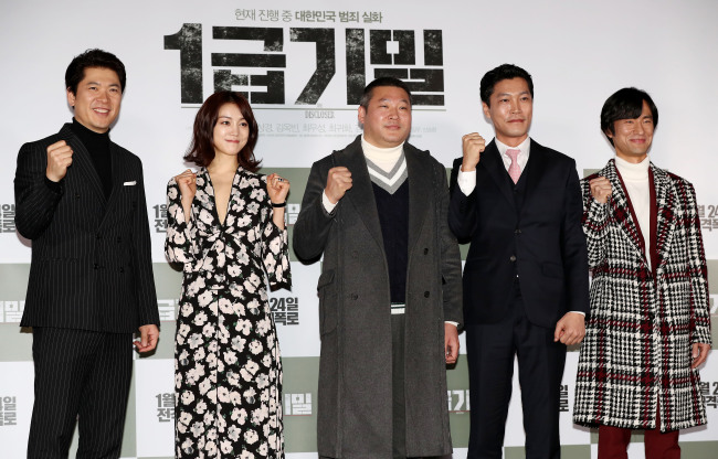 """Cast of """"The Discloser"""" pose for a photo at the film's premiere held Thursday in Seoul. From left: Kim Sang-kyung, Kim Ok-bin, Choi Moo-sung, Choi Gwi-hwa and Kim Byung-chul. (Yonhap)"""