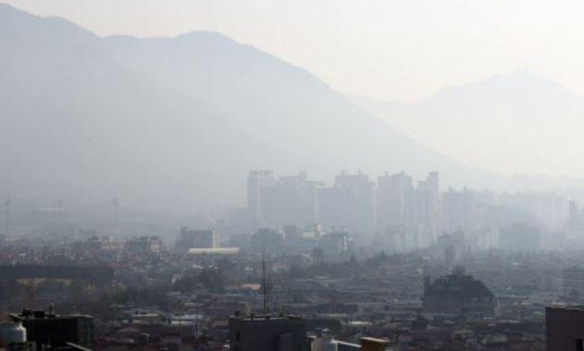High levels of fine dust in Changwon. (Yonhap)