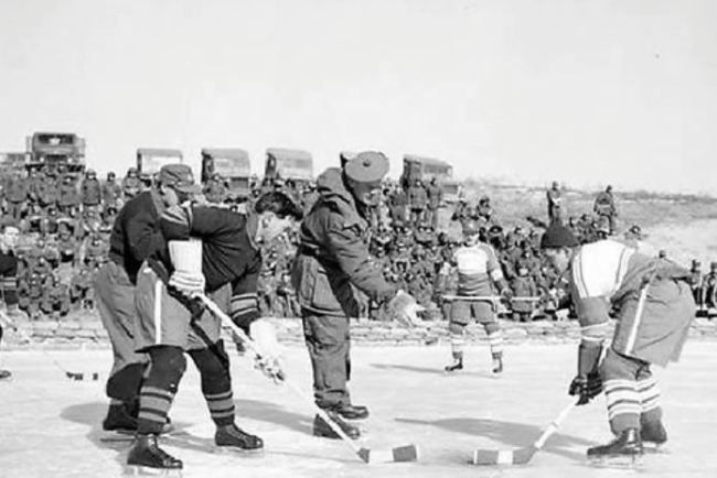 Canadian troops play an ice hockey game on the frozen Imjin River during the 1950-53 Korean War in this file photo. (Yonhap)