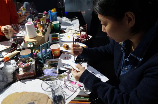 "Eight people make ""instant dolls."" (Im Eun-byel/The Korea Herald)"