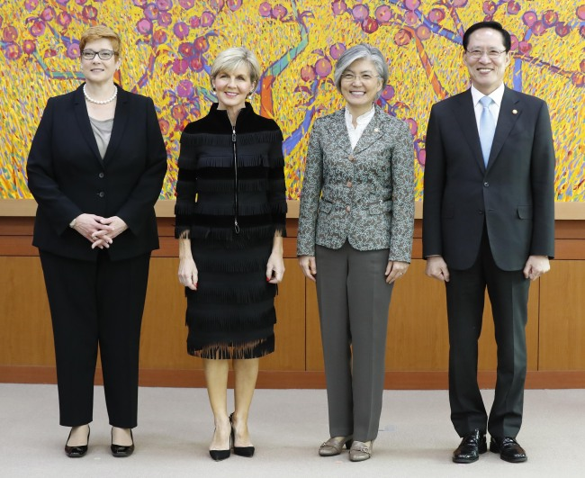 (From left) Australian Defense Minister Marise Payne, Australian Foreign Minister Julie Bishop, Korean Foreign Minister Kang Kyung-wha and Korean Defense Minister Song Yong-moo (Yonhap)