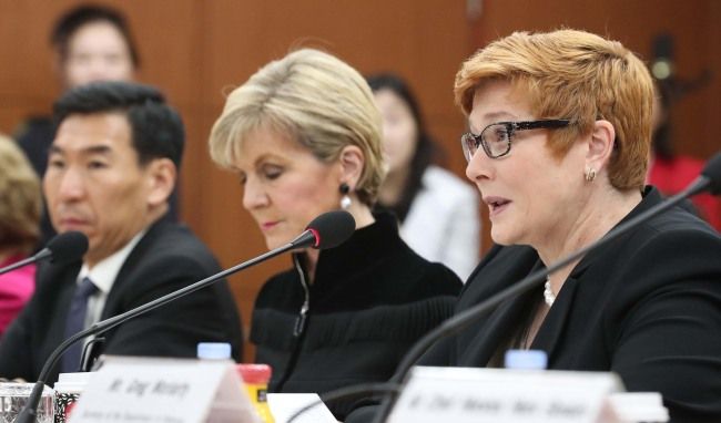 Australian Ambassador to Korea James Choi (left) poses with Australian Foreign Minister Julie Bishop (center) and Australian Defense Minister Marise Payne at the