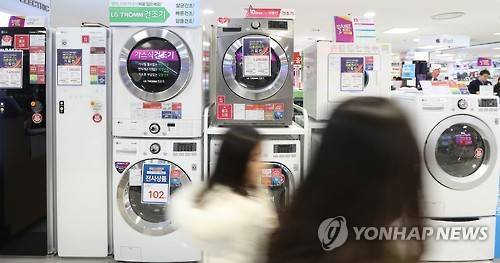 Shoppers browse dryers on display at an electronics store. (Yonhap)