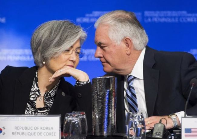 Foreign Minister Kang Kyung-wha (left) listens as US Secretary of State Rex Tillerson speaks at the first session of the summit on security and stability on the Korean Peninsula held in Vancouver, Canada, Tuesday. (Yonhap)