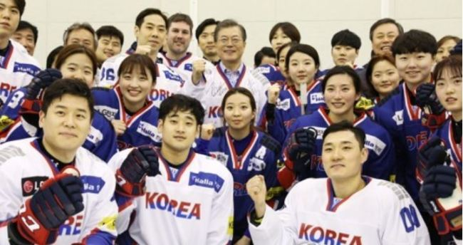 Members of the South Korean men`s and women`s national hockey teams pose for photos with President Moon Jae-in (C, back row) during his visit to the Jincheon National Training Center in Jincheon, North Chungcheong Province, on Jan. 17, 2018. South Korea announced a 25-player roster for men and a 23-player roster for women for the 2018 PyeongChang Winter Olympics. Game day rosters for both tournaments are set at 22 players. (Yonhap)