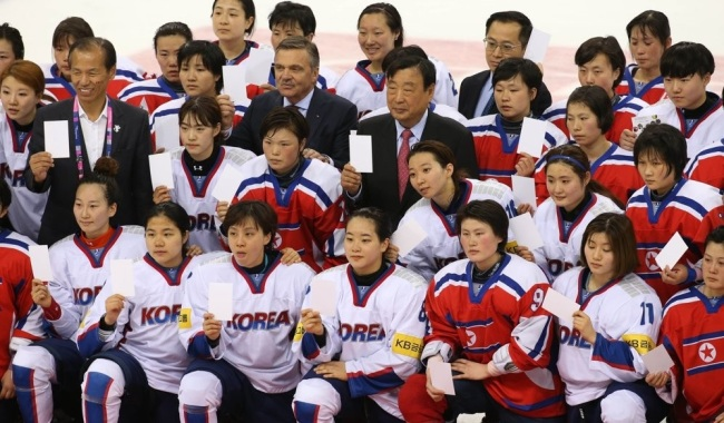 Players from both South Korea and North Korea pose for group pictures after their game at the International Ice Hockey Federation Women`s World Championship Division II Group A tournament at Gangneung Hockey Centre in Gangneung, Gangwon Province in April 2017. (Yonhap)
