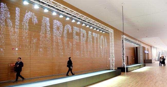 "Germany-based media artist Julius Popp's work ""bit.fall"" installed at the baggage claim area of Incheon Airport Terminal 2 (Park Hyun-koo/The Korea Herald)"