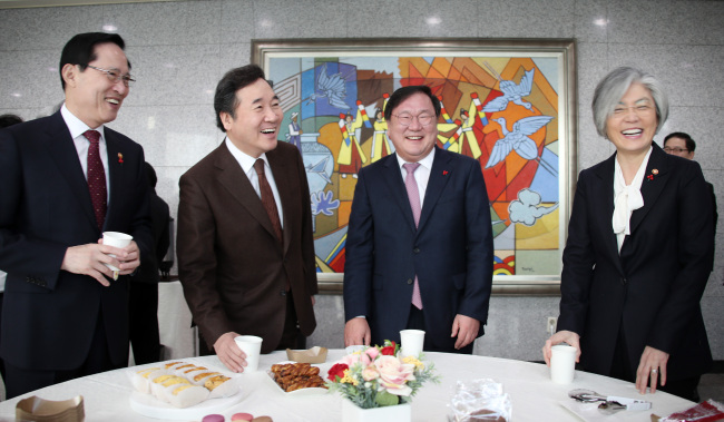 Prime Minister Lee Nak-yon (second from left) meets with top policymakers to be briefed on this year's major policies on foreign affairs and national security in Seoul on Friday. (Yonhap)