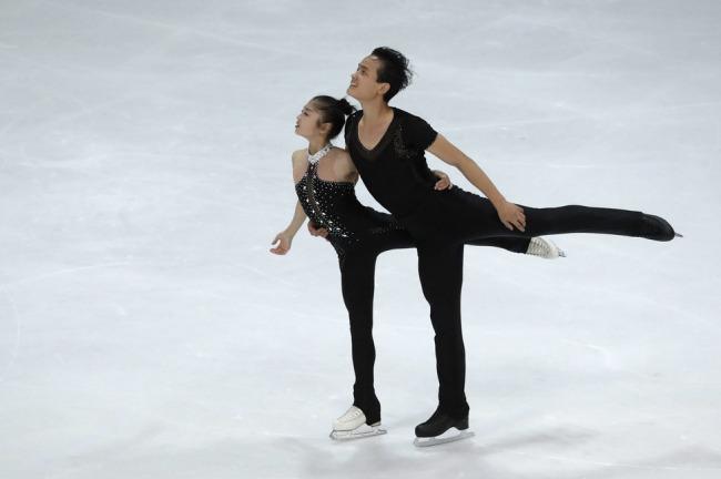 North Korean pairs figure skaters Ryom Tae-ok (L) and Kim Ju-sik perform their short program during the Nebelhorn Trophy in Oberstdorf, Germany in 2017. (Yonhap)