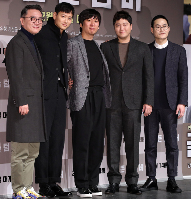 "The cast and director of ""Golden Slumber"" pose for a photo after a press conference in Seoul on Wednesday. From left: Kim Eui-sung, Kang Dong-won, Noh Dong-seok, Kim Dae-myung and Kim Sung-kyun. (Yonhap)"