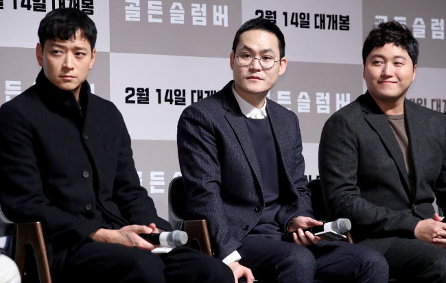 "Kang Dong-won (left), Kim Sung-kyun (center) and Kim Dae-myung listen to a question during a press conference for ""Golden Slumber"" in Seoul on Wednesday. (Yonhap)"
