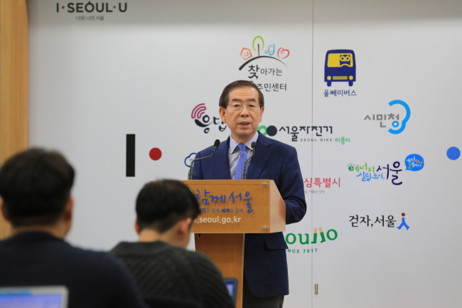 Seoul Mayor Park Won-soon announces plans to tackle fine dust problems at Seoul City Hall on Sunday. Yonhap