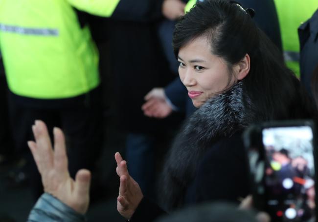 Hyon Song-wol smiles at the crowd (Yonhap)