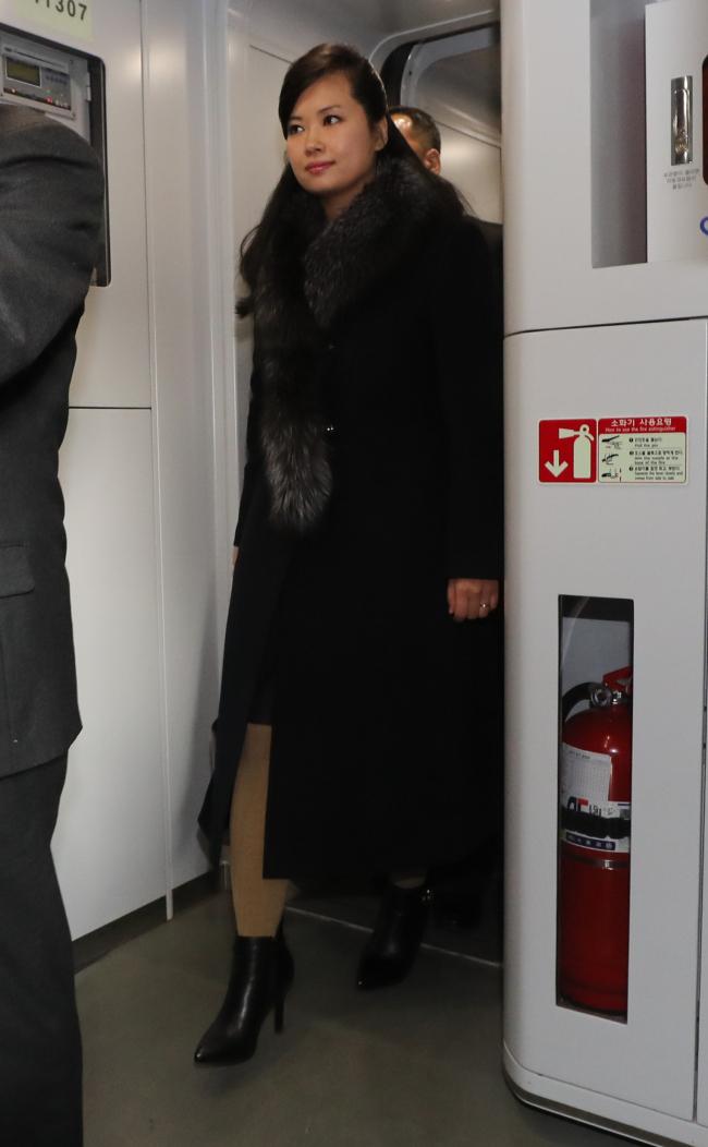 Hyon Song-wol enter the KTX train to Gangneung (Yonhap)