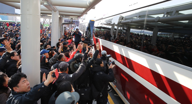 Citizens of Gangneung welcome the North Korean delegation (Yonhap)