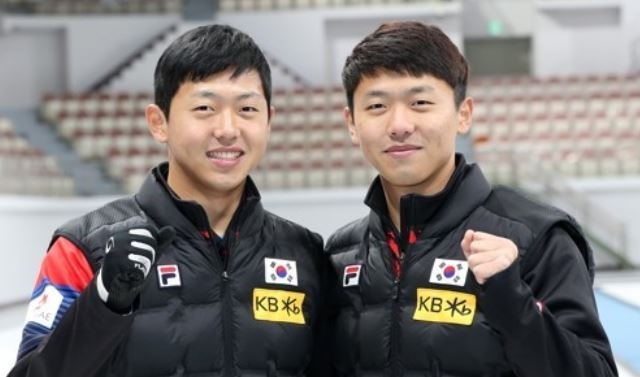 South Korean curler Lee Ki-bok (L) and Lee Ki-jeong pose for a photo in Gangneung, some 240 kilometers east of Seoul, in this file photo taken on Nov. 27, 2017. (Yonhap)