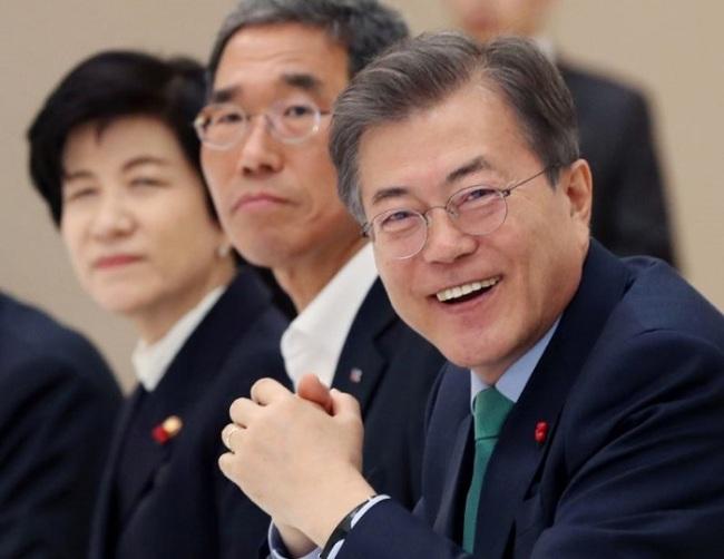 President Moon Jae-in (right)(Yonhap)