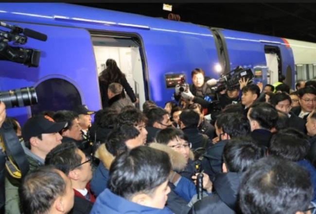 Reporters crowd the KTX train (Yonhap)