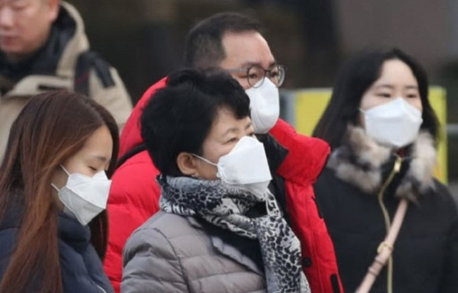Seoul's citizens wear masks to protect themselves against air pollution Saturday. (Yonhap)
