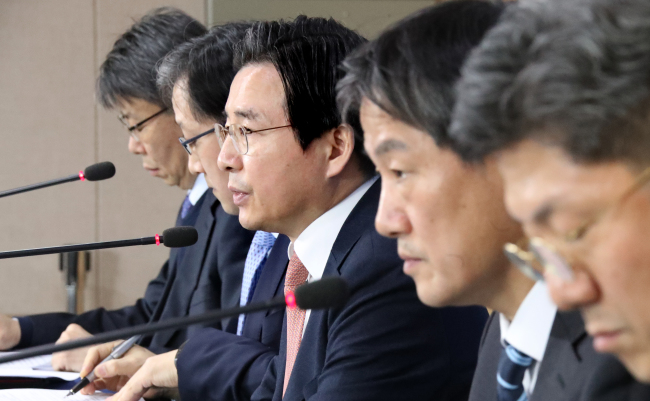 Financial Services Commission Vice Chairman Kim Yong-beom (center) speaks at a press conference in Seoul on Tuesday. (Yonhap)