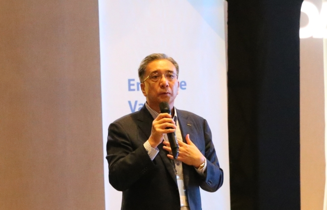 Posco Daewoo CEO Kim Young-sang speaks before investors in Yeouido on Friday. (Posco Daewoo)