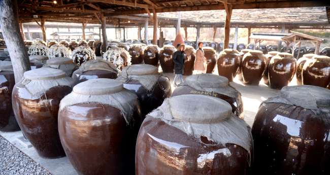 Large pots that store traditional liquor are displayed at Sansawon gallery in Pocheon, Gyeonggi Province. (Photo: Park Hyun-koo/The Korea Herald)