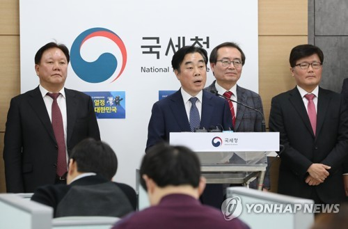 The National Tax Service's task force chief Kang Byeong-koo (second from left) announces its recommendations on reforming the national tax system on Monday.