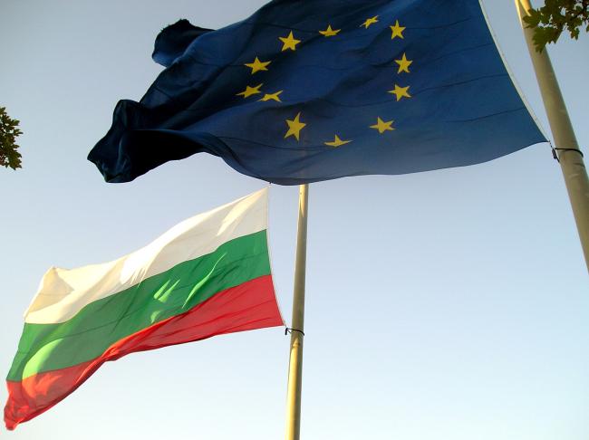 The flags of the European Union and Bulgaria (Sofia Globe)
