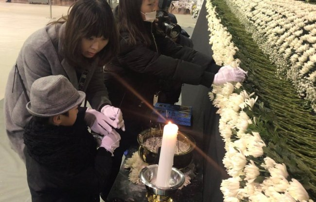 People pay their respects at a joint memorial altar set up for Miryang fire victims at a local gymnasium on Monday. (Bak Se-hwan/The Korea Herald)