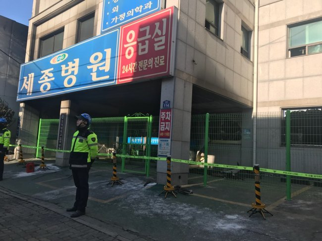 Police stand in front of Sejong Hospital where a deadly fire broke out on Jan. 26. (Bak Se-hwan/The Korea Herald)