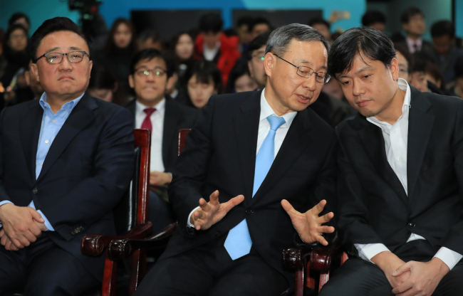 KT Chairman and CEO Hwang Chang-gyu (center) speaks with Chang Byung-gyu (right), chief of the Presidential Fourth Industrial Revolution Committee, during a press briefing on the telecom operator's completion of the 5G network for the PyeongChang Winter Olympic Games held at the 5G exhibition hall in Gangneung, Gangwon Province, Wednesday, also attended by Ko Dong-jin (left), co-CEO of Samsung Electronics. (Yonhap)
