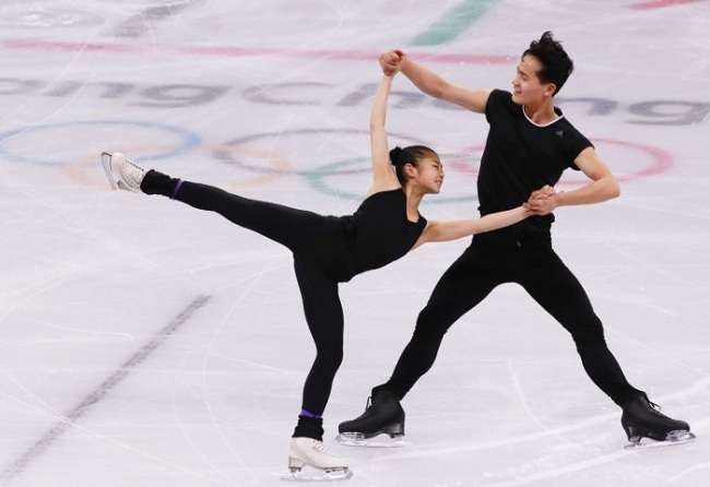 The North Korean figure skating pairs team of Kim Ju-sik (L) and Ryom Tae-ok practice at Gangneung Ice Arena in Gangneung, Gangwon Province, on Feb. 2, 2018. (Yonhap)