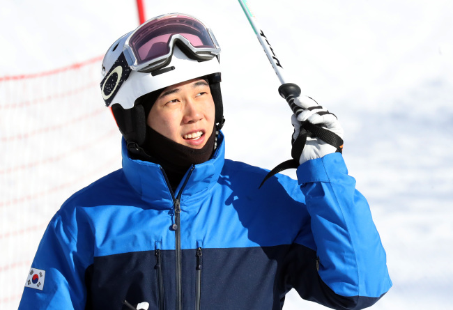 South Korean mogul skier Choi Jae-woo reacts after finishing his practice run at a ski resort in Hoengseong Country, Gangwon Province, on Feb. 2, 2018.(Yonhap)
