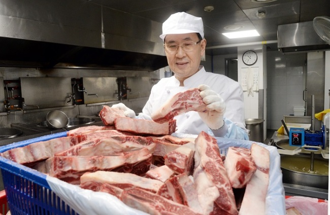 Hanilkwan's kitchen closely monitors the quality of meat used in the dishes. (Park Hyun-koo/The Korea Herald)