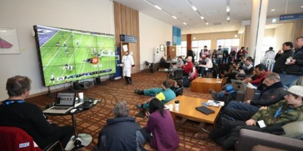International journalists and Olympic officials gather around the big screen at the Main Press Centre for the PyeongChang Winter Olympics in PyeongChang, Gangwon Province, to watch the Super Bowl LII between the New England Patriots and the Philadelphia Eagles, on Feb. 5, 2018. (Yonhap)