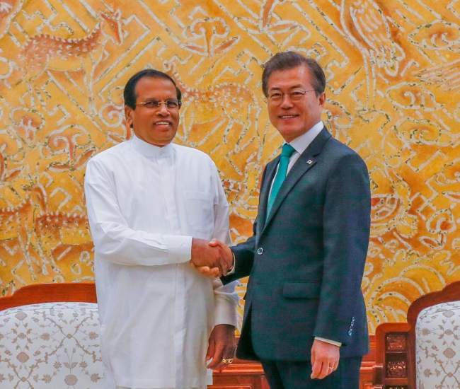 Sri Lankan President Maithripala Sirisena (left) poses with his counterpart Moon Jae-in when visited Korea from Nov. 28-30 last year, the year of the two countries' 40th anniversary of diplomatic relations. (Yonhap)