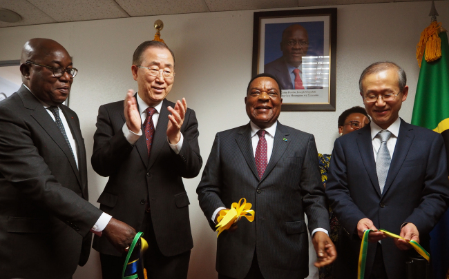 Diplomats celebrate the opening of the Tanzanian Embassy in Seoul on Wednesday. In the photo are former United Nations Secretary-General Ban Ki-moon (second from left), Tanzanian Foreign Minister Augustine Mahiga (second from right), Korean First Vice Foreign Minister Lim Sung-nam (right), Tanzanian Ambassador to Korea Matilda S. Masuka (back) and Ivory Coast Ambassador Sylvestre Kouassi Bile (left). (Joel Lee/The Korea Herald)
