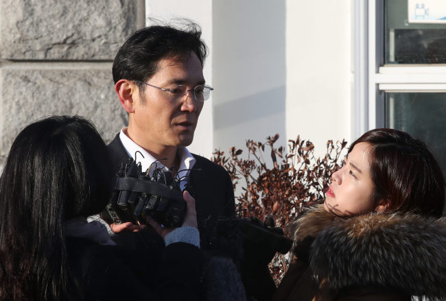 Samsung heir Lee Jae-yong speaks to reporters upon leaving the Seoul Detention House on Monday. (Yonhap)