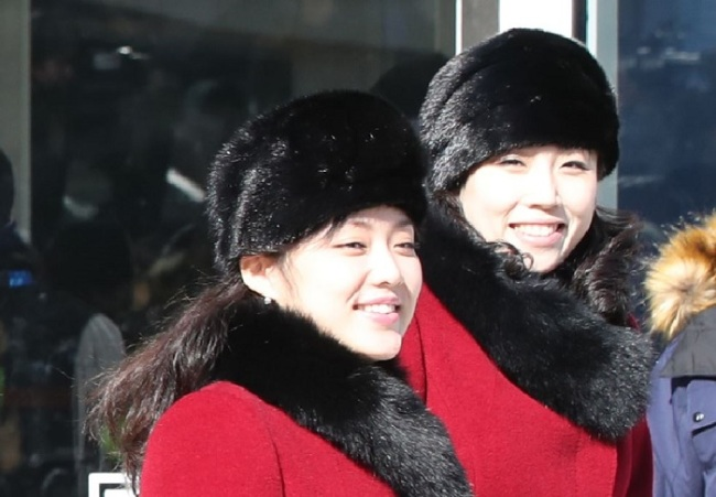 North Korean art troupe leaves Gangneung Arts Center in Gangneung, Gangwon Province Wednesday.