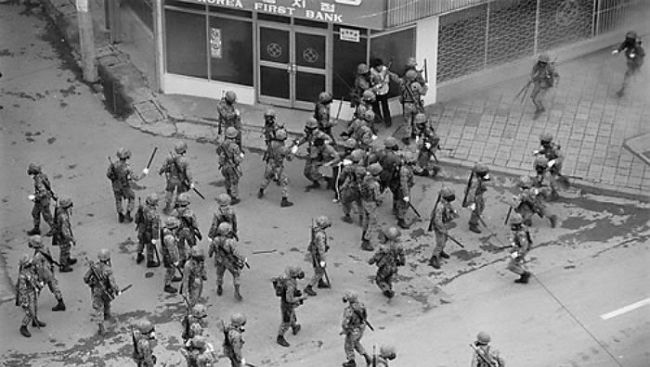 Army soldiers gathred at downtown Gwangju to crack down on protestors during May 18 Gwangju uprising. Yonhap