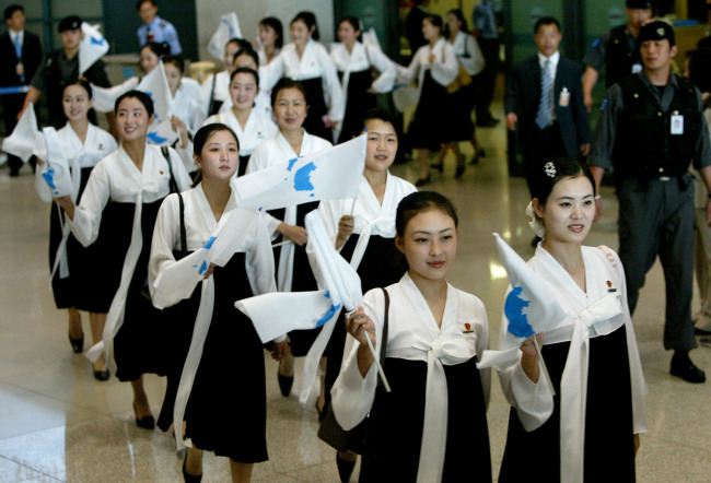 North Korea's 125-member cheerleading team attends the 2005 Asian Athletics Championships in Incheon. (Yonhap)