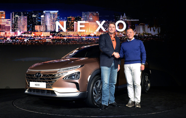 Hyundai Motor Vice Chairman Chung Eui-sun (right) and Chris Urmson, CEO of Aurora, shake hands while introducing Nexo, the carmaker's next-generation fuel cell hydrogen SUV at the Consumer Electronics Show in Las Vegas last month. (Hyundai Motor)