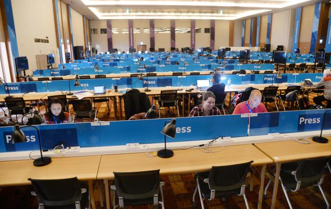 Reporters work at the Main Press Center in PyeongChang. (Park Hyun-koo/The Korea Herald)
