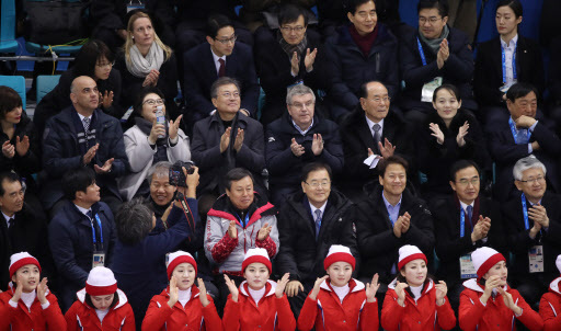 (From the fourth from the left in the thrid row) South Korea's President Moon Jae-in, International Olympic Committee President Thomas Bach, Kim Young-nam, President of the Presidium of the Supreme People's Assembly of North Korea and Kim Yo-jong, the younger sister of North Korea's leader Kim Jong-un are seen watching the two Korea's joint women's ice hockey team on Feb. 10, 2018. (Yonhap)