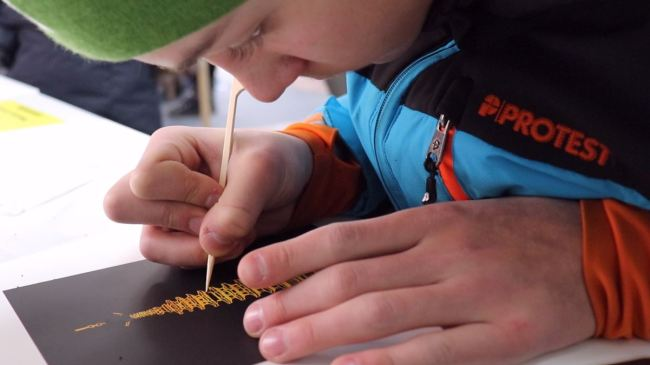 Participants make traditonal crafts at the Traditional Experience Booth. (The Korea Herald / Park Ju-young)